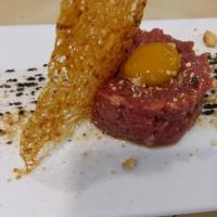 Steak tartar de la sierra con crujiente de patatas revolconas