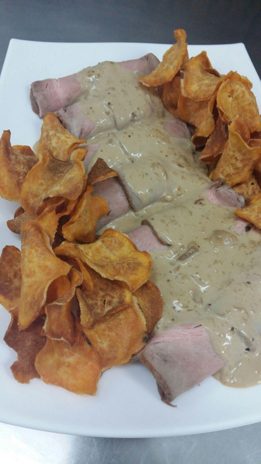 Cabezada de cerdo rellena de cebolla caramelizada y salsa perrins.
