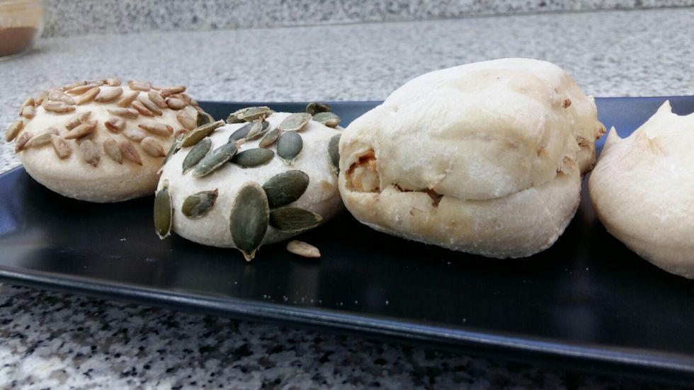 Pan de chapata, cebolla crujiente, aceitunas, pimentón y ajonjolí.