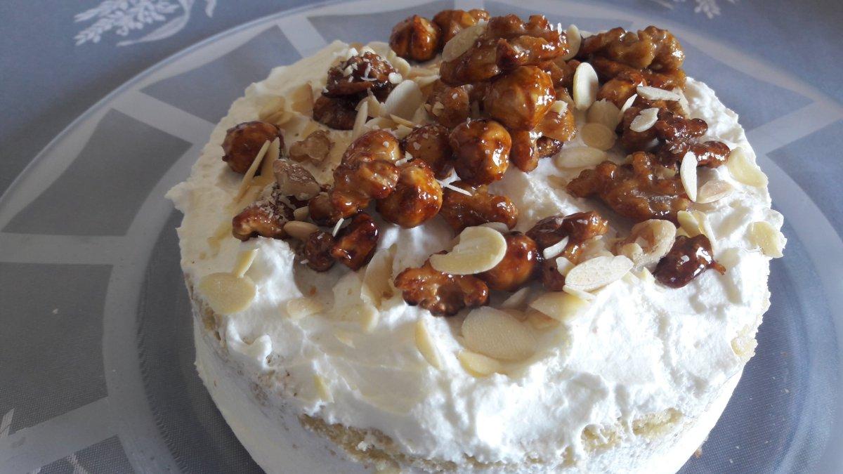 Tarta de nata y frutos secos