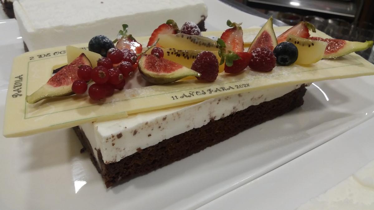 Esponjado de yogurt con brownie de fresas